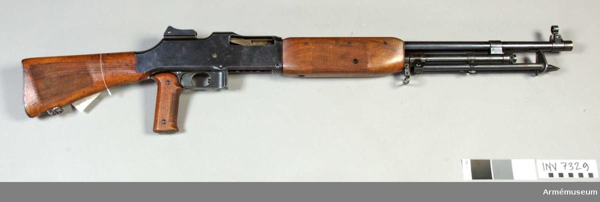 Kulsprutegevär m/1921, syst Colt-Browning. USA. Gasuttagmekanism, ramsikte (diopter) och korn. Märkt B.H. (N.O). Största skottvidd 4500 m, mekanisk eldhastighet 8 sk/s.