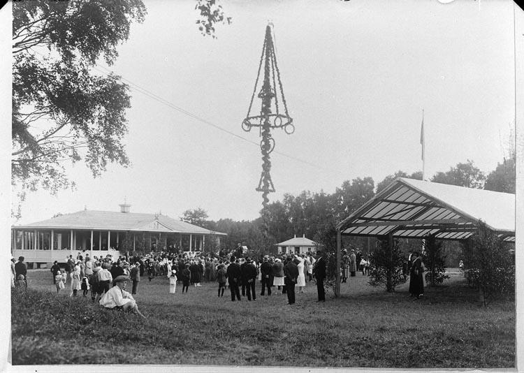 Midsommarfirande år 1932 i Folkets Park, Munkedal