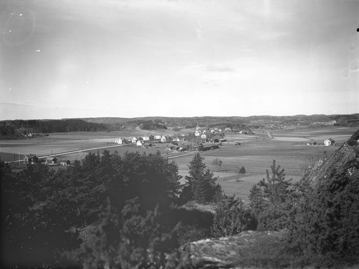 """Enligt medföljande noteringar: """"1943. N:r 22. Utsikt över Håbygård, Stationen.""""  Uppgifter från Munkedals HBF: """"Samhället heter Håby."""""""