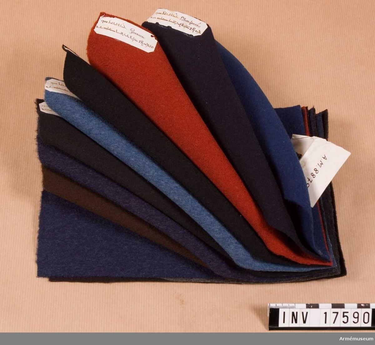 """Grupp C II.  Härav togs 30/11 1918 en halv meter gult kläde för tillverkning av en grenadjärmössa för utställning samt två lösa bitar, en gul och en vit. Kläde, tre buntar av olika färg och kvalitet, 250x150 mm. Var bunt är försedd med sigill och en  papperslapp, på vilken det står nummer, för vem klädet avsetts samt pris. Inalles 32 bitar. En bunt linne, hamp- och bomullsvävnader av olika kvalitet. Samma storlek och samma papperslapp som förut: 13 bitar. Alla prover är inpackade i en kartongask, på vilken det står: """"Profver på kläden, linne, hamp- och bomullsvävnader, begagnade av franska armén år 1852.""""Klädesbit 11 cm bred, 41 cmn lång, vit.  Provet har en pappersetikett med rött sigill och påskrift """"Coleson en molleton pour l'hiver, fait comme celui en cotton"""" På andra sidan står: """"Equipements Militaires, Chauveau & Blanc. Succesre de Blanc Ainé"""" -(firmanamn), """"Rue des petits Hotels 26.""""  Klädesbit, gul, 420x590 mm.  Provet har pappersetikett med rött sigill och påskrift """"Epoussetes, pour chevaux"""". På andra saidan """"Equipements Militaires. Chauveux & Blanc, Succesre de Blanc Ainé. Rue des petits Hotels 26 et 28 Paris."""" Enl kapten W Granberg."""
