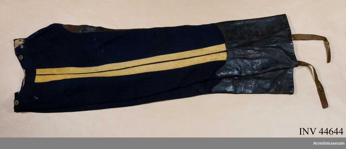 Samhörande nummer är 44642-54, 44698, uniformspersedlar. Grupp C I.  Ur uniform för manskap vid Wendes artilleriregementes ridande bataljon 2, 2 batterier, 1815-30. Består av dolma, päls, byxor, tschakå med plym, stövlar med sporrar, halsduk, kartusch  med kartuschrem, sabelkoppel, sabelhandrem, knutskärp, handskar.