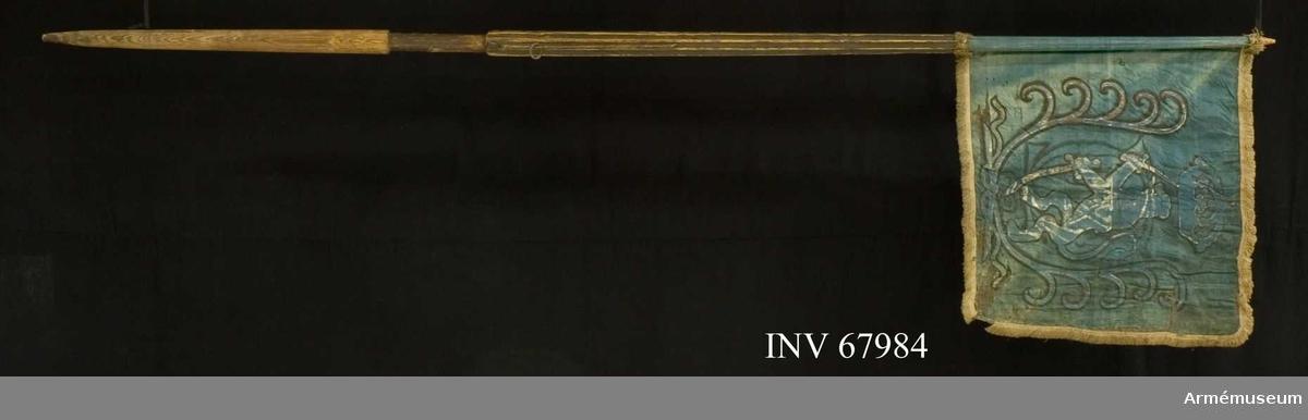 Duk: Enkel, tillverkad av blå sidentaft. Duken fäst vid stången med en rad tennlikor på ett blått linneband. Stång av trä, kanellerad, brunmålad spets. Duken brukar vara röd vid Åbo och Björneborgs läns kavalleri.  Dekor:  Målad i vitt med svarta konturer, ett upprättstående lejon förande under sig en sabel och över huvudet ett svärd, det hela inneslutes av två korsade och hopknutna, lyrformigt böjda palmkvistar, och krönes av en stor sluten krona; på yttre sidan och inom liknande palmkvistar Karl XII:s namnchiffer, dubbelt C och därinom XII.   Frans:  Enkel, beigebrun silkesfrans.
