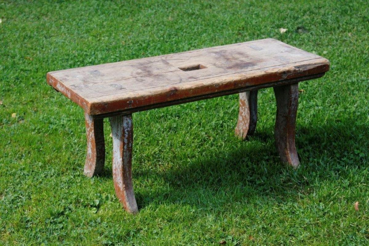 Form: Rektangulært sete med firkantet hull. 4 svungne ben