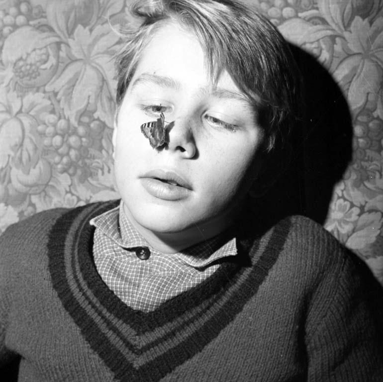 "Enligt notering: ""Pojke med fjäril 27/1 1960""."