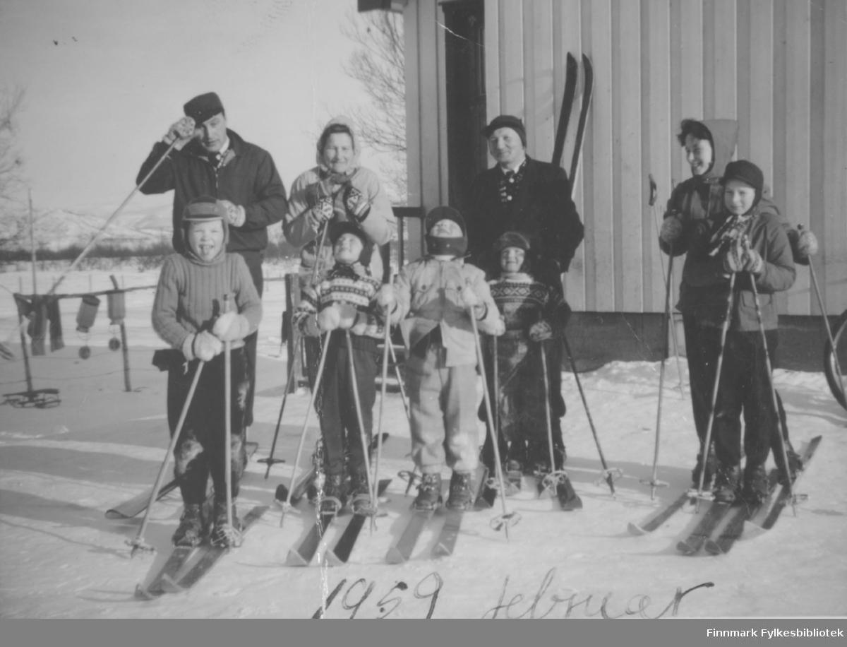 Barn og voksne på skitur i Porsanger. Personer og nøykaktig sted er ukjent.