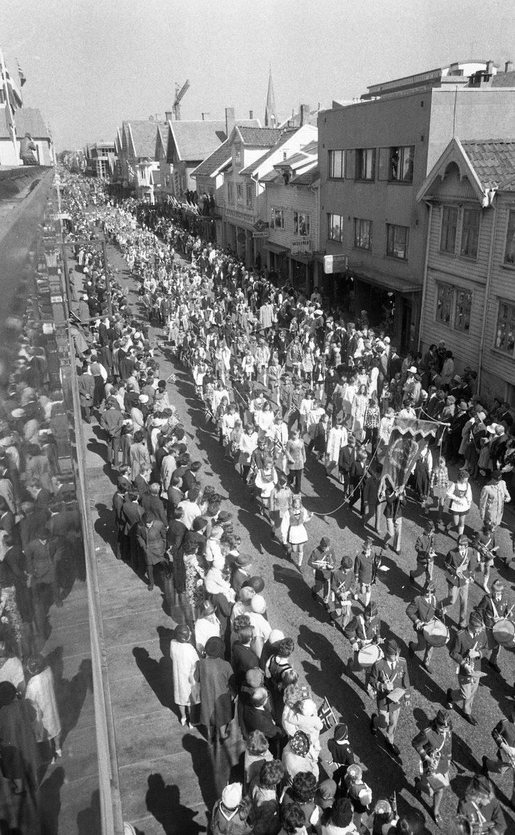 17. Mai i Haugesund. Barnetog. Russetog. Taler fra rådhusplassen. Festkledde barn og voksne. Musikk-korps, flagg og moro. Hest på besøk på Bytunet.