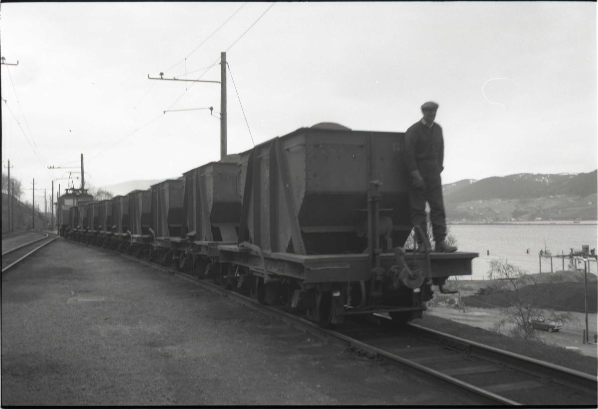 ASEA-lokomotiv med malmvogner. Thamshavnbanen.