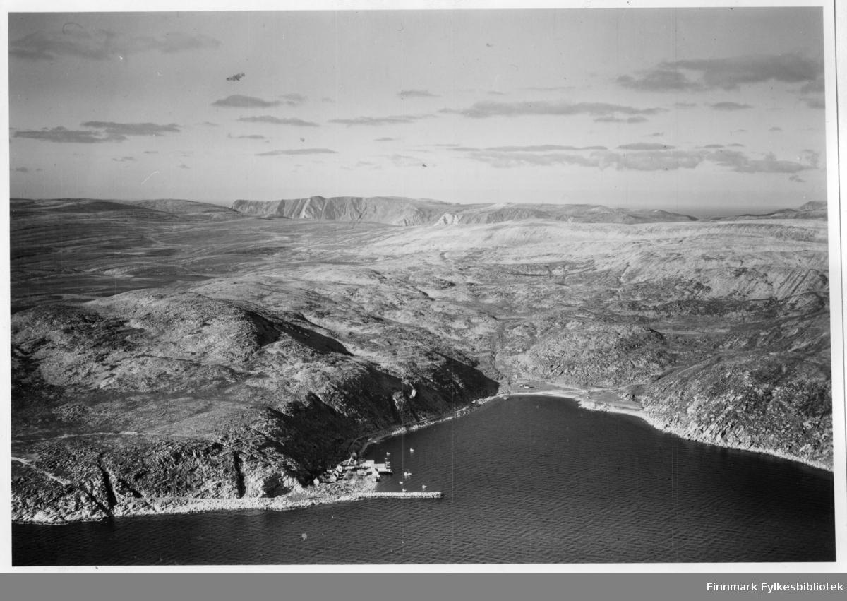 Flyfoto fra Dyfjord i Lebesby kommune. Bildet er tatt før stedet fikk veiforbindelse. Brenngam er like rundt odden til høyre bildekant.