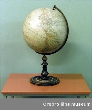 Jordglob med svart, svarvad fot (diam: 225 mm). Färgen har flagrat.Föremålet ingick tidigare i Landstingsmuseets samlingar  1988-11-10.