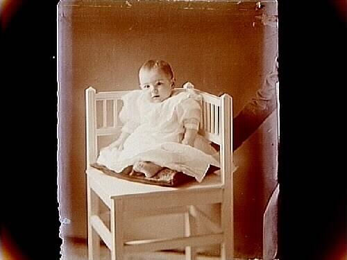 Ett barn i stol.Lina ÖhlinAlbano 5, Näsby.