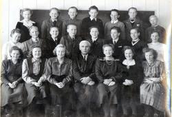 Trøym skule, Framhaldsskulen, 1950-1951.  Fyrste rekke frå v