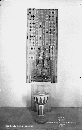 Interiör av Sköllersta kyrka, dopfunt.Bilden tagen för vykort.Förlag: Ellert Torgén, Sköllersta.