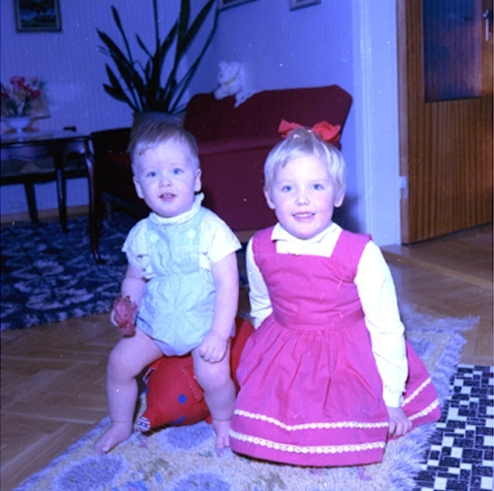 Rumsinteriör, två barn.Bertil Larsson