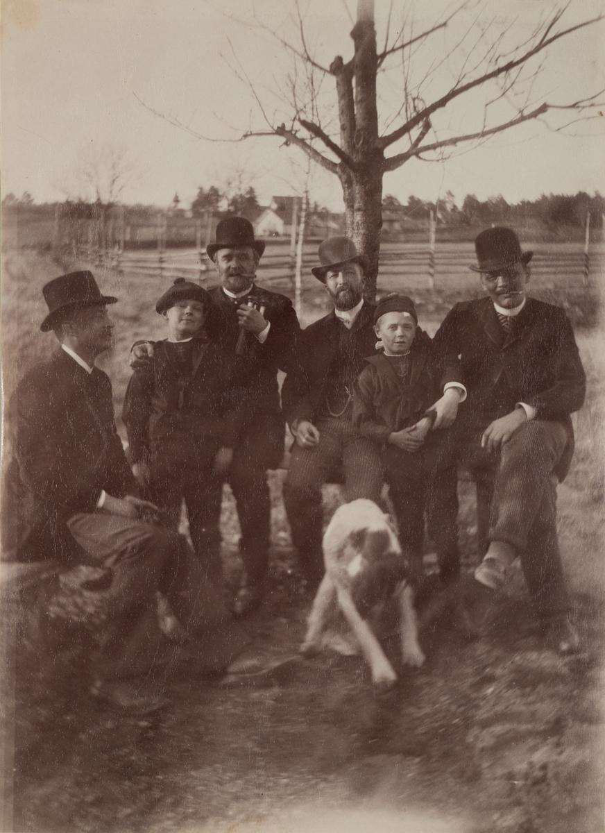 Gruppebilde fra Linderud Gård. Fra venstre: Emil Christensen, General Nyquist med sønn (trolig Otto Nyquist), Haaken Larpent Mathiesen med Nyquists sønn (trolig Arild Grønvold Nyquist), Fredrik Wedel, foran dem en hund.