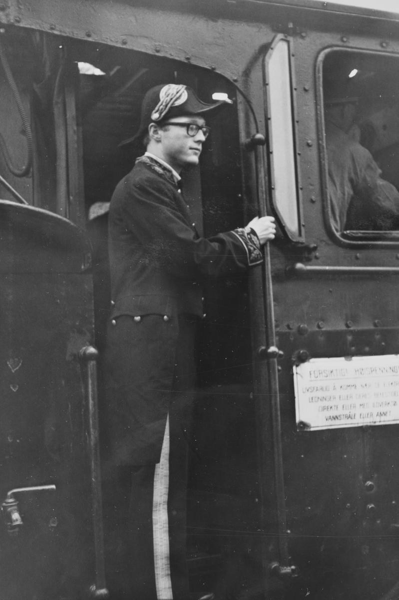 Olaf Wiegels ikledd en gammel generaldirektøruniform, ombord på damplokomotiv 18c 245 i A/L Hølandsbanens veterantog til Krøderen.