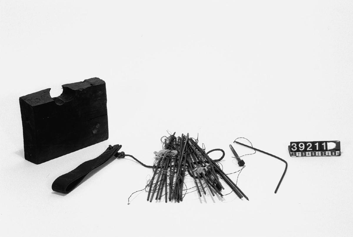 Hålkortsstyrd Jacquard-vävstol. Varje varptråd kan styras oberoende de andra tack vare hålkortsmekanismen. Vävstolen manövreras av en arbetare som hanterar skyttel med inslag och matar fram programverket. På detta sätt kan väven ges komplicerade mönster som skulle ta lång tid att tillverka helt manuellt.