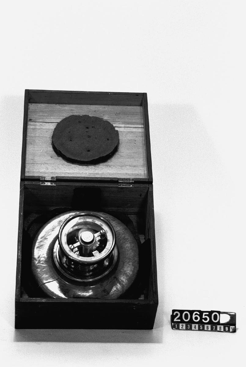 Första försöksexemplaret av Precisionsbarometer, i låda av trä.