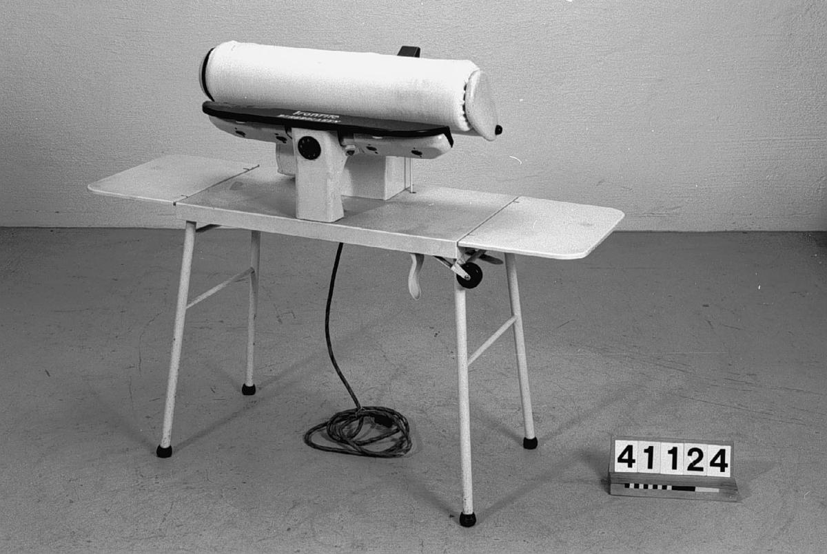 Pressjärnets längd 554 mm. Valsens längd 570 mm. Valsens varvantal 7 1/3 v/min. Strömart växelström. Spänning 220 V. Maskinens totala strömförbrukning 5 A. Motorns anslutningseffekt 100 W. Värmeelementets anslutningseffekt 1000 W.