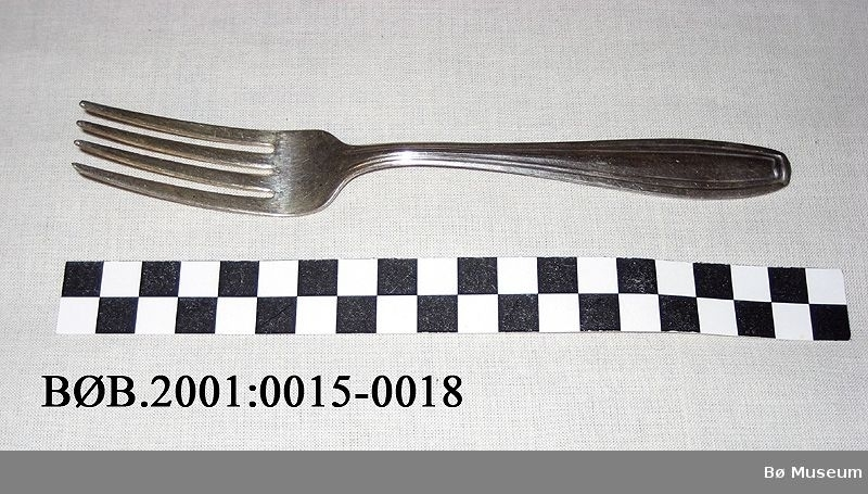 Vanlig gaffel med enkle linjer som dekor.