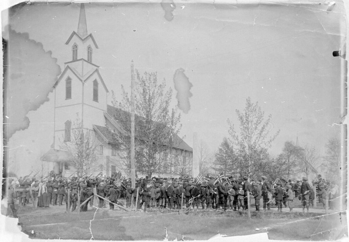 Bautasteinen blir innviga ved Bø kyrkje 17. mai 1914