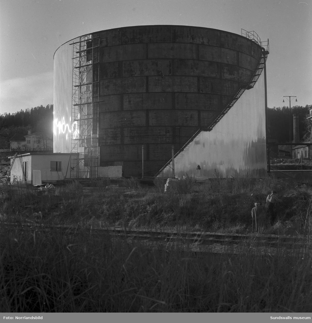 En cistern i Svartvik får isolering och plåtbeklädnad. På första bilden syns Svartviks herrgård till vänster och bakom cisternen skymtar en del av bebyggelsen på Klampenborg.