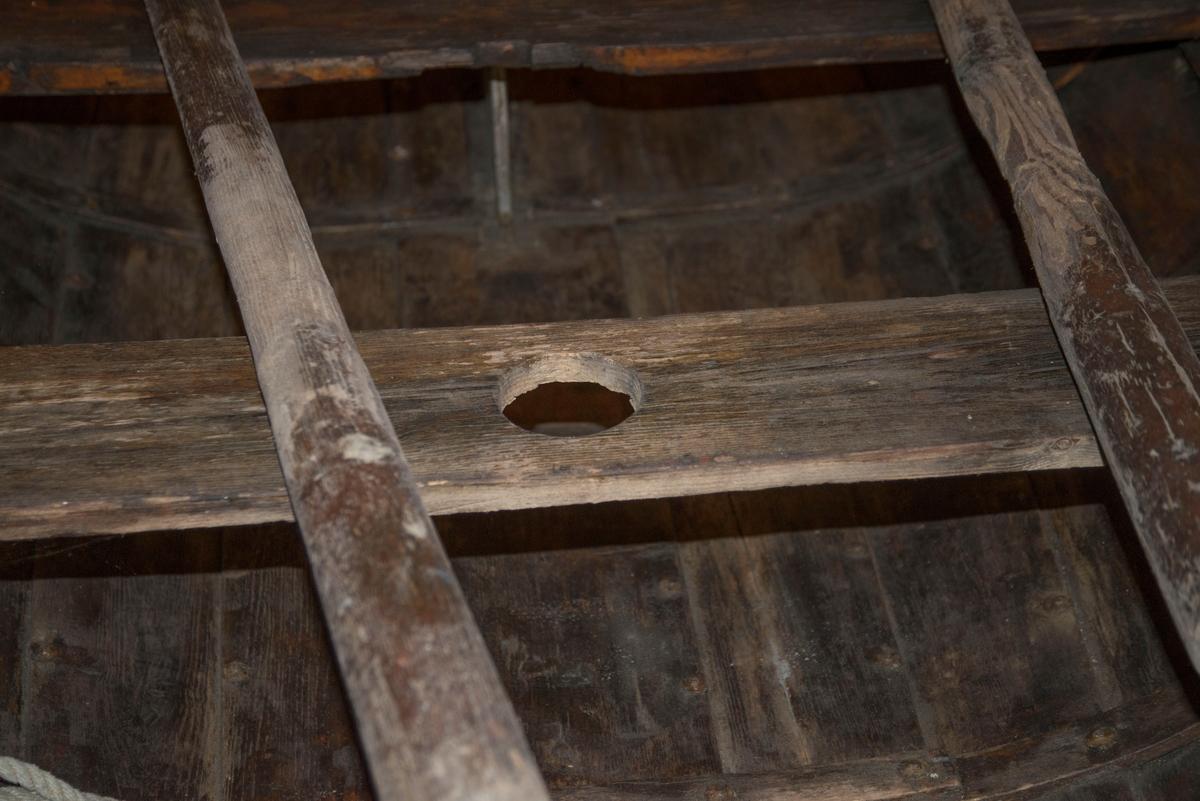 Seiljolle av tre - furu. Ribber. Klinkbygd med senkekjøl. Fem borganger + kjølplanke. Jolle av pram-/trautype, trolig opprinnelig slepejolle. Mangler ror. Oljet overflate. Bygd for årepinner, men modifisert for åregaffelbeslag.