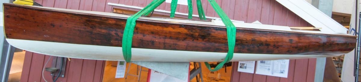 Finnjolle av tre - mahogny. Kravellbygd, ribber. Kjennemerke: N24.