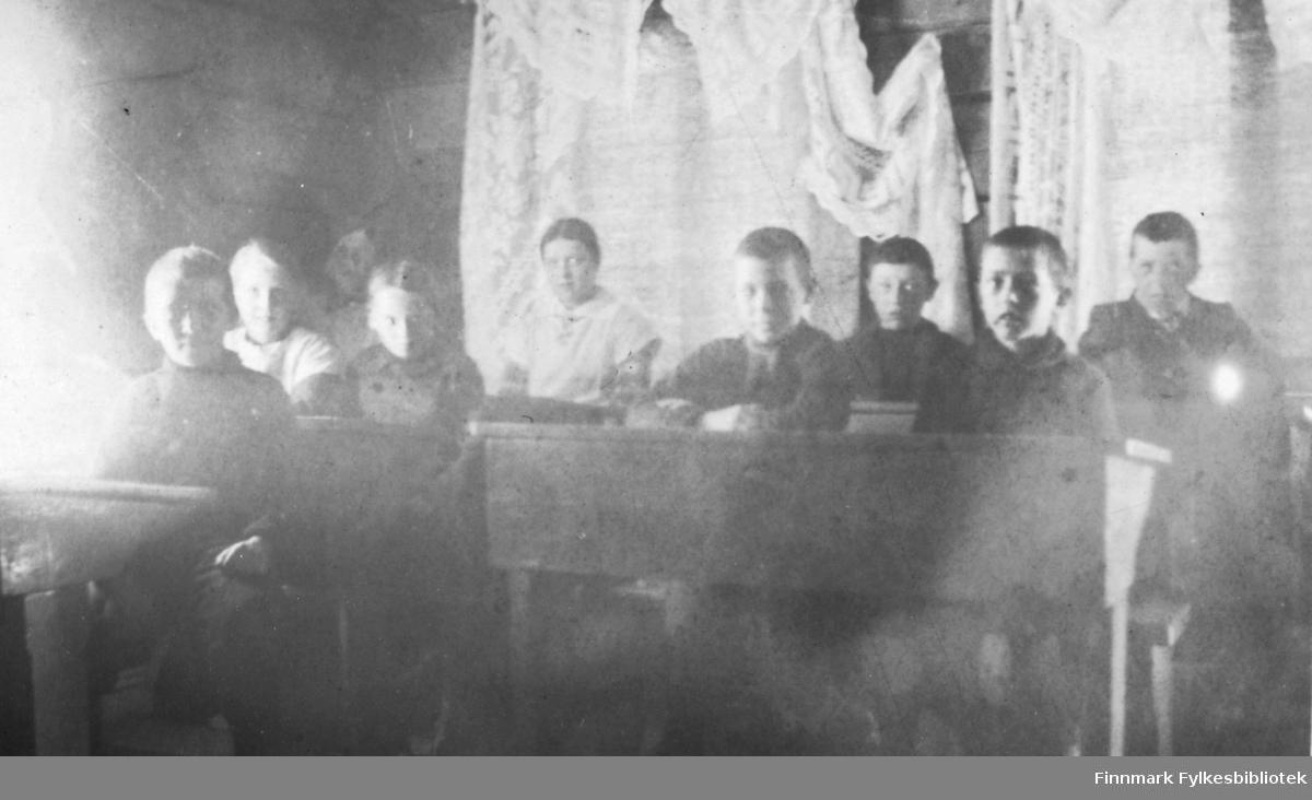Skolen på Fredenslund, april 1917. Siggens elever. Fredenslund var Lensmann Strands gård, og lå i Bonakas, Tana. Bonakas, nordsamisk: Bonjákas, er en jordbruksbygd beliggende på vestsiden av Tanaelva i Tana kommune omkring ti kilometer ovenfor Tanamunningen.
