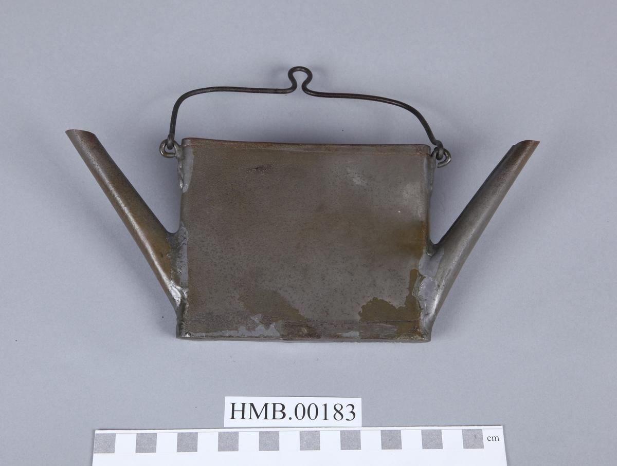 Flat, firkantet, to tuter. Identisk med HMB.00181, men mangler lokk.