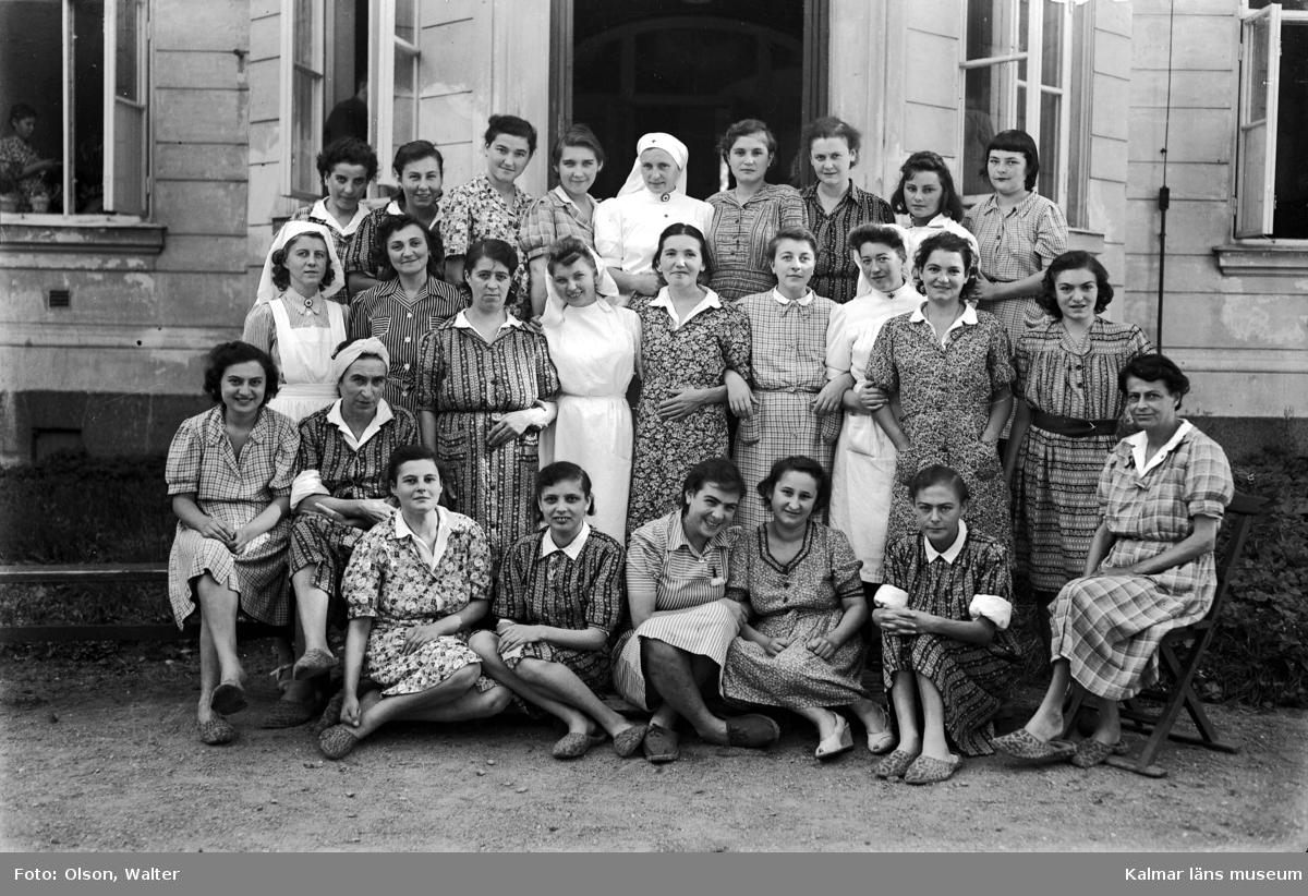 Kvinnliga flyktingar från Bergen-Belsen utanför Beredskapssjukhuset i Kalmar.