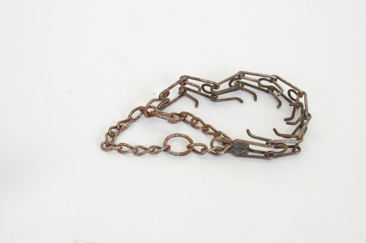 Form: 9 ledd m/innv. pigger og lenke mellom 2 ringer.