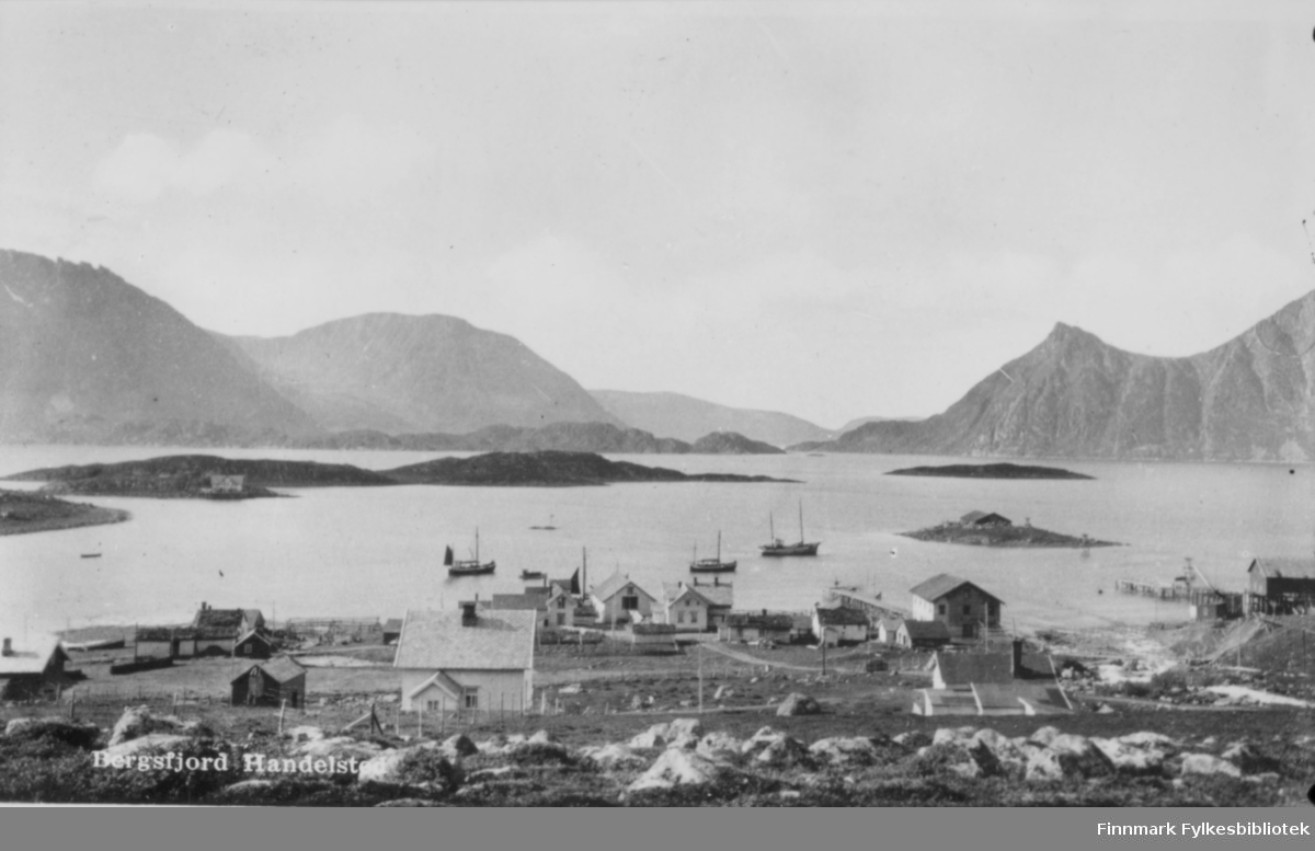 Postkort med trykt tekst: 'Bergsfjord Handelsted'