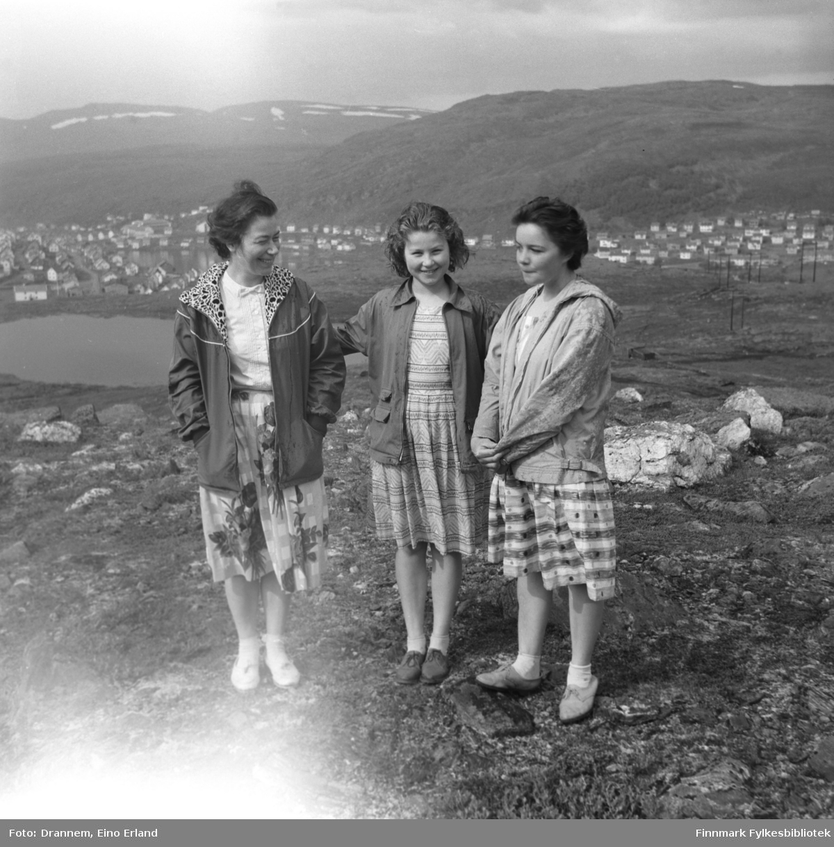 Jenny Drannem, Turid Karikoski og Maija, etternavn ukjent, på fjellet ovenfor Hammerfest.