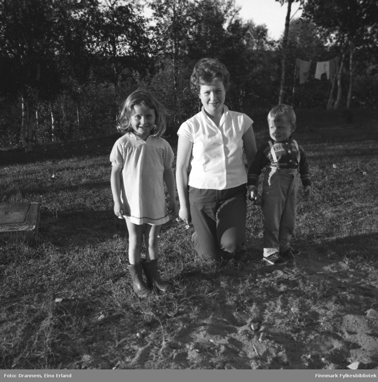 Tre barn fotografert i en hage i Neiden. De er fra venstre: Kari Gabrielsen, Turid Karikoski og Hans Gabrielsen.