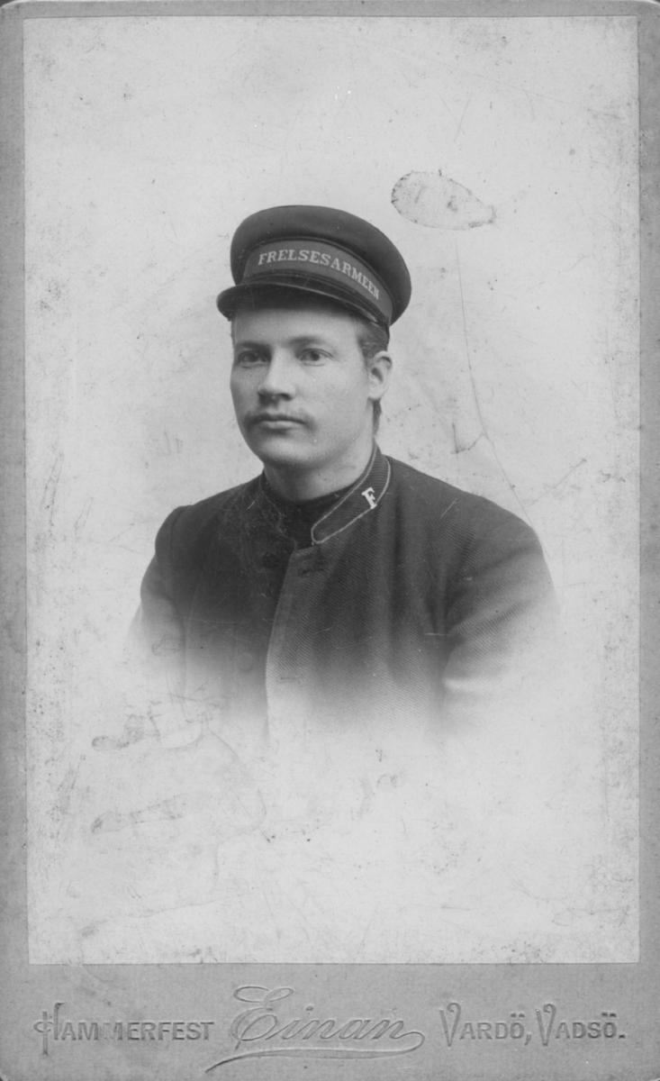 Portrett av Arvid Johansen, ikledd Frelsesarmeens uniform. Arvid arbeidet som baker i mange år, og var aktiv i frelsesarmeen.