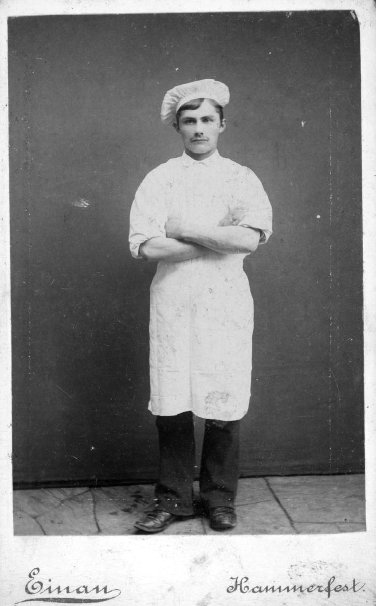 Visittkortportrett av en mann i baker eller kokkedrakt.