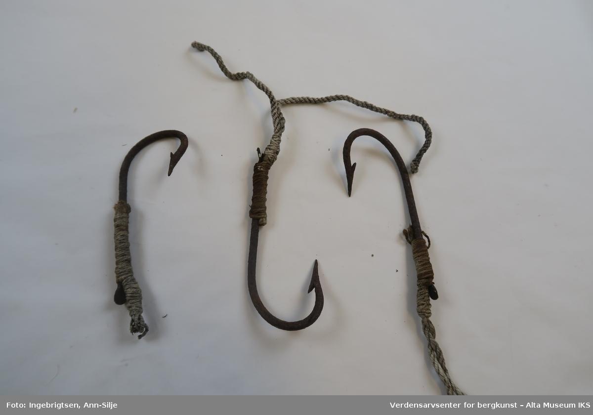 Litt større fiskekroker med forsyn. To av krokene har todelt snøre.