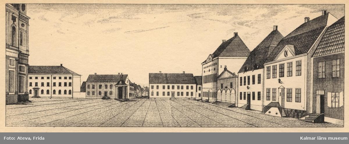 Motiv med Stortorget i Kalmar, mot öster med domkyrkan skymtande i vänster kant. Brunnen mitt på torget och rådhuset till höger i bild. Torget är folktomt.