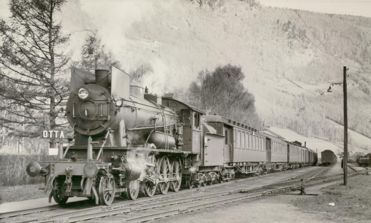 Tog 308 fra Otta til Oslo Ø på Otta stasjon. Toget trekkes av damplokomotiv type 30a.