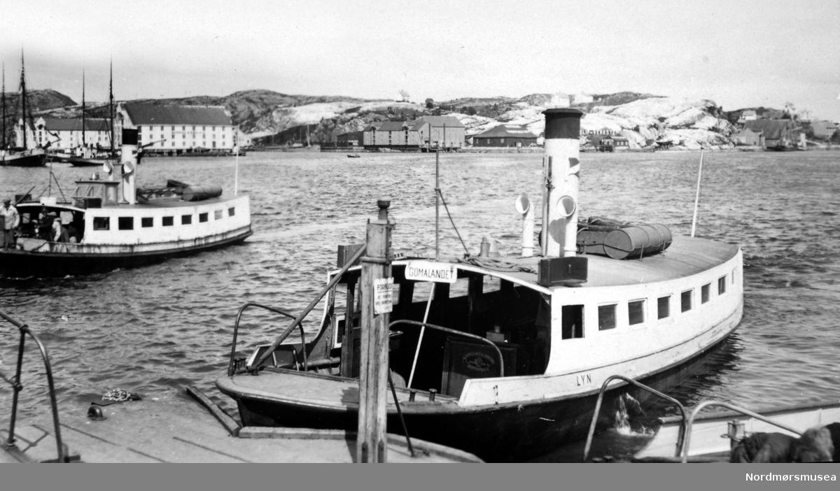 """Bildet viser sundbåtene """"Lyn"""" nærmest og """"Fram"""" bakerst ved pieren på Kirkelandet i Kristiansund. Sundbåten """"Lyn"""" ble bygget i 1912 ved A/S J. Storviks Mek. Verksted (SMV) på Dahle ved Kristiansund som bnr.4 til en pris av kr. 14.000,- (634.500). Den ble betydelig forsinket, og verkstedet måtte betale en dagmulkt deretter. Den er 42,1 fot (12,8 m) lang, 11,1 fot (3,4 m) bred og 5 fot og 6 tommer dybde, hadde en tonnasje på 14,8 bruttoregistertonn og var sertifisert for 66 passasjerer. Den hadde dampmaskin nr. 7 og røykrørskjel nr. 32 fra verkstedet. Med kullfyring hadde den brenselsutgifter på 3,80 kr. pr. time pr. januar 1949. Installeringen av motor var tenkt gjort i august/september 1947. To dieselmotorer fra GM ble kjøpt via Berner & Larsen i Oslo. """"Presto"""" fikk først installert motor, men sundbåtselskapet var svært misfornøyd med den, og med servicen fra firmaet. Etter kort tid gikk motoren i stå, slik at """"Presto"""" også tok i bruk motor nummer to. Selskapet prøvde å gjøre en ettårsgaranti gjeldende. Dampmaskinen i """"Lyn"""" ble sprengt i august 1949, og båten fikk da installert dieselmotor. Kjelen ble solgt til Frøya i 1949. I oktober 1951 ble det installert varme om bord, og i oktober 1952 ble det installert hydraulisk omstyringsanlegg. I 1963 ble """"Lyn"""" anbefalt tatt ut av drift. Man valgte til tross for dette å reparere båten senere på året. I 1973 ble den reparert på ny, denne gang for kr. 36.000,-. I brev av 26. oktober 1977 søkte Havnevesenet om å få overta """"Lyn"""" vederlagsfritt til arbeidsbåt. Man viste til at dette var rimelig i og med at Havnevesenet i alle år hadde utført vedlikehold og tilsyn vederlagsfritt (det er på det rene at Havnevesenet i årenes løp har utført et betydelig gratisarbeid for Sundbåtvesenet). Men i Formannskapets møte 4. april 1978 ble det vedtatt at """"Lyn"""" skulle søkes bevart. En egen komitè ble nedsatt. Havnefogd Loennechen advarte i brev til teknisk rådmann av 7. august 1978 mot bevaring. Den oppnevnte komitè gjorde det samme i notat a"""