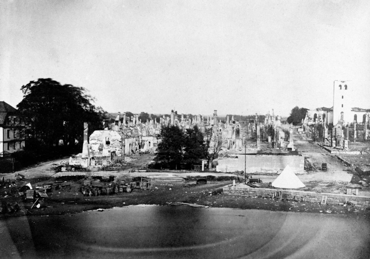 Karlstad efter branden 1865: Nuvarande Herrgårdsgatan till höger och biskopsgården till vänster. Fotot togs av Bernhard Elis Hallberg (1830-1894), verksam i Karlstad från 1858 och ett tiotal år framåt. Senare i livet blev han gasverkskamrer.