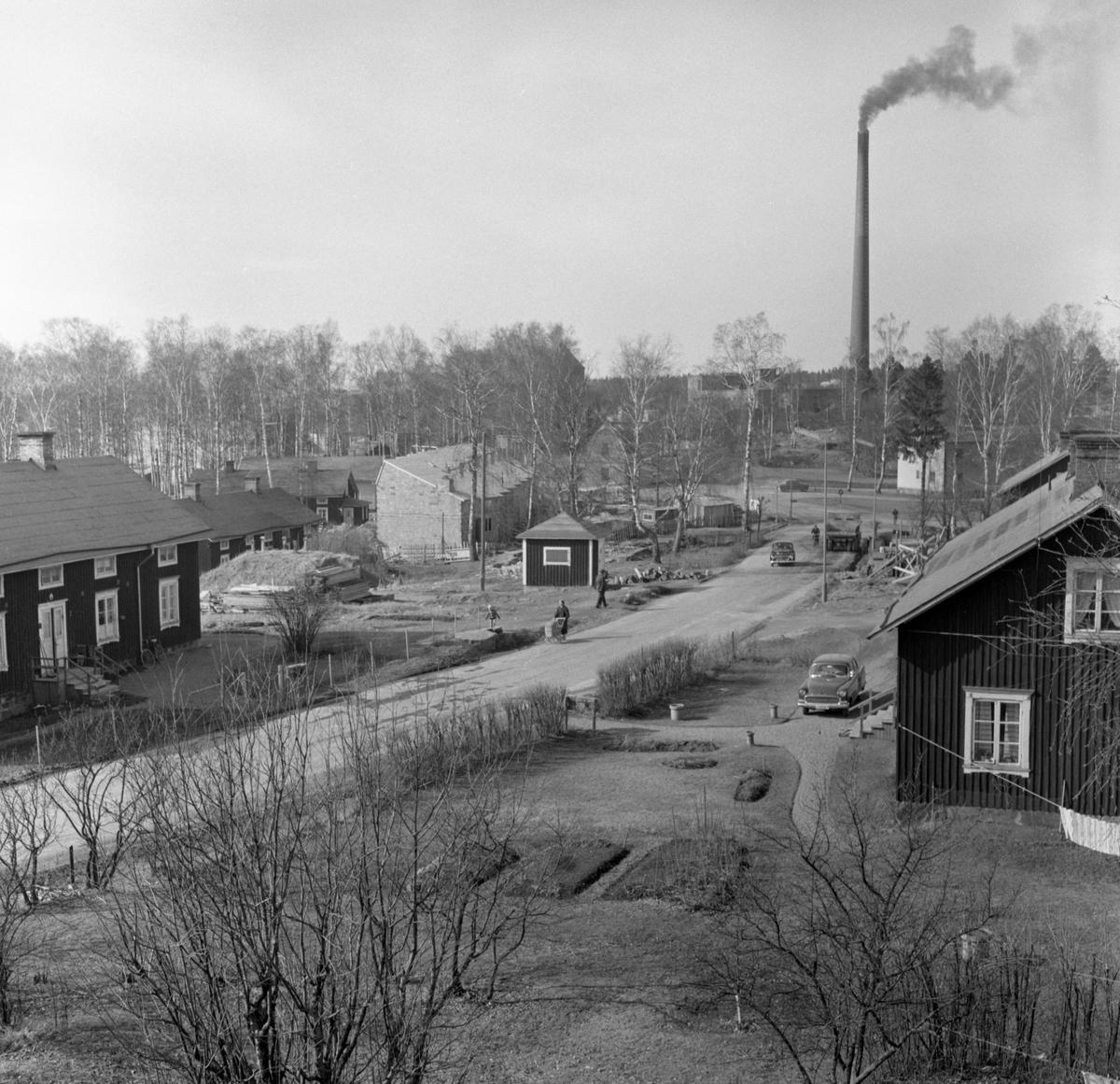 Strandgatan i Slottsbron i mars 1959. Bilden tagen från söder mot norr. Radhuset i mitten som verkar vara under byggnation kallas Vinkelboda och finns kvar. Den vita byggnaden snett nedom skorstenen heter Strandgården.