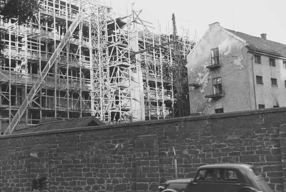 Kvinnefengselet i Oslo står for fall, mens Samfunnshuset er under oppføring bak. I forgrunnen den gamle tukthusmuren.