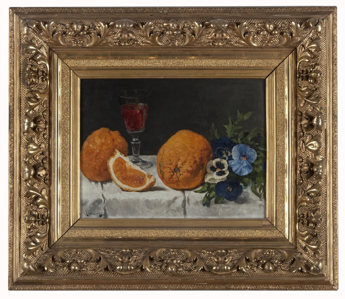Tavla med ram. Olja på pannå. Stilleben med glas, frukt och blommor på bord. T.v. två oskalade, orange apelsiner och framför en klyfta. I bakgrunden ett halvfyllt vinglas med röd dryck. T.h. gulblåvita blommor med gröna blad. Föremålen på gråvit, veckad bordsduk. Fonden gråsvart. (Kat.kort) Montering/Ram: Förgylld originalram