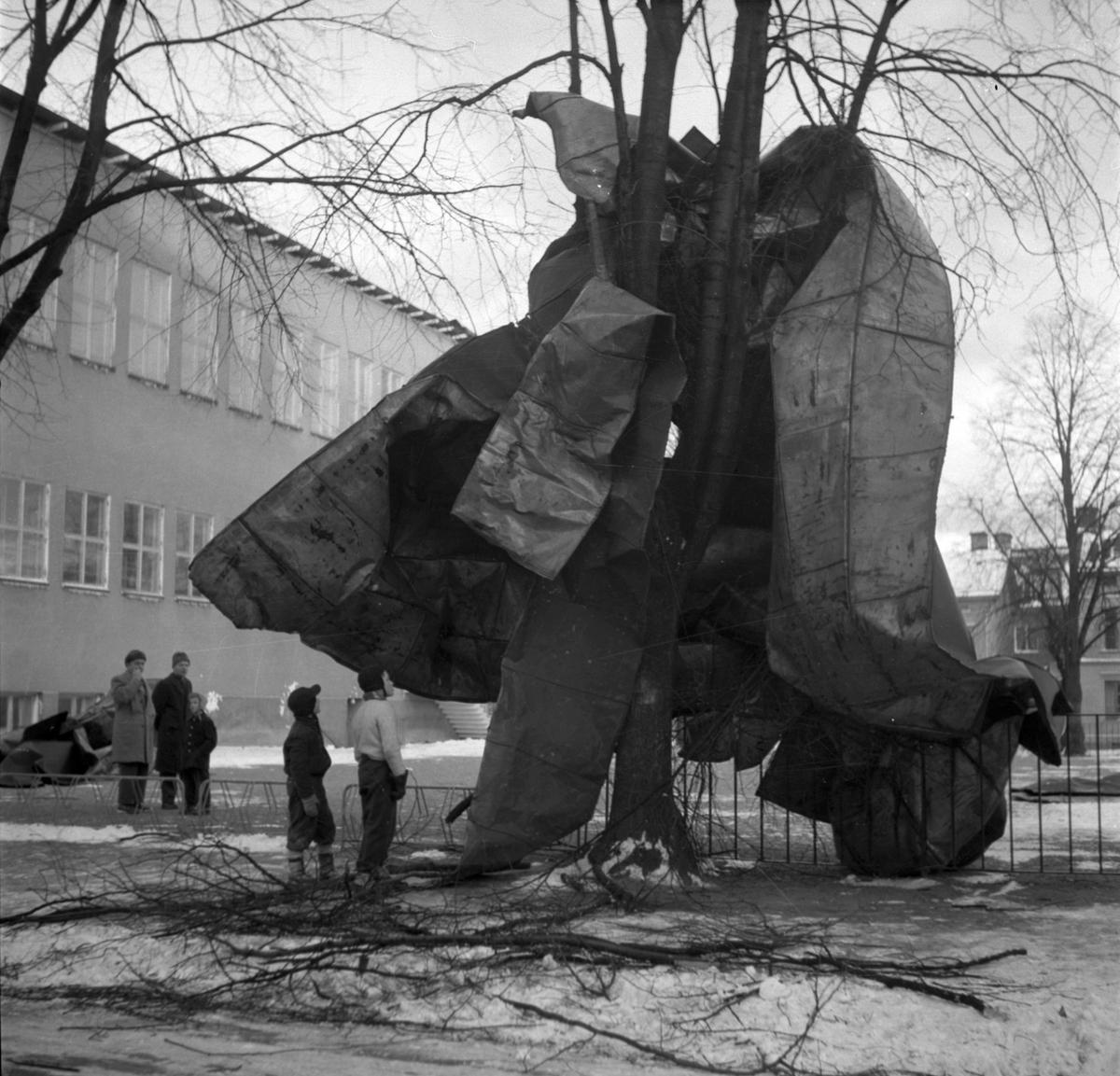 Storm över Gävle. 8 januari 1954. Norra gymnastikhuset vid Norra skolan. Husen i bakgrunden på Norra Köpmangatan.