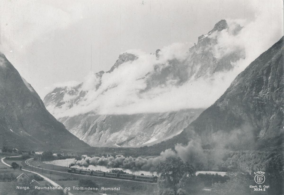 Dampdrevet turisttog på Raumabanen. Trollveggen i bakgrunnen.