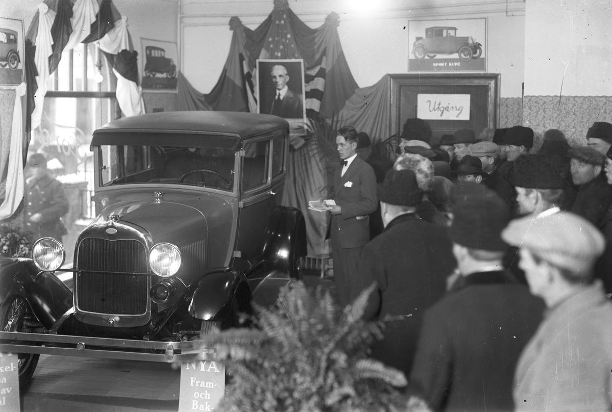 """""""Idag är den nya Fordvagnen här"""". Gefle Bilförsäljning. En A-Ford från 1928-1929."""