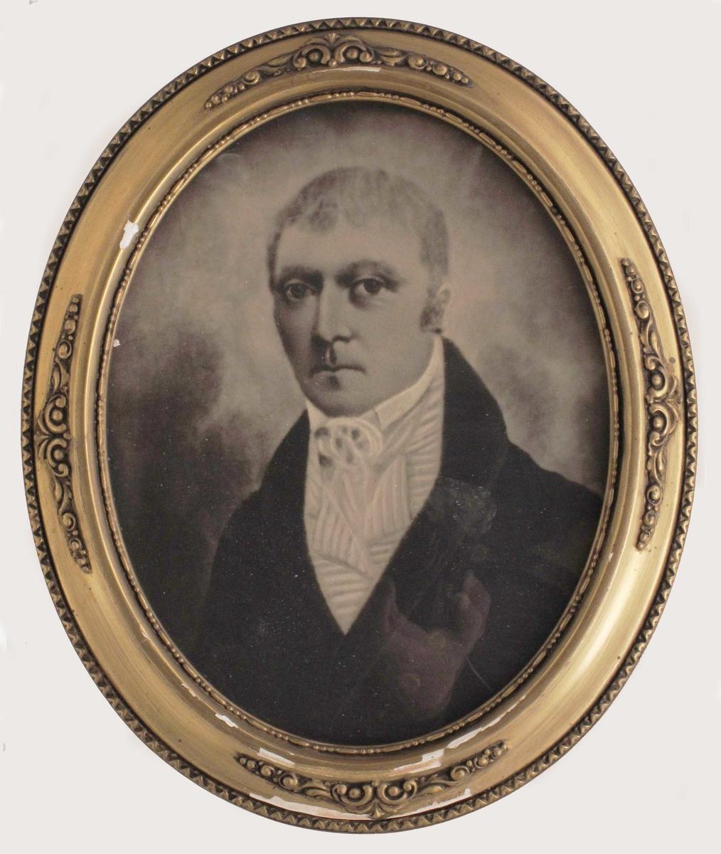 Portrett av middelaldrende mann, brystbilde. Kledd i mørk jakke, vest med stripet mønster, skjortekrage og tørkle e.l. i halsen.