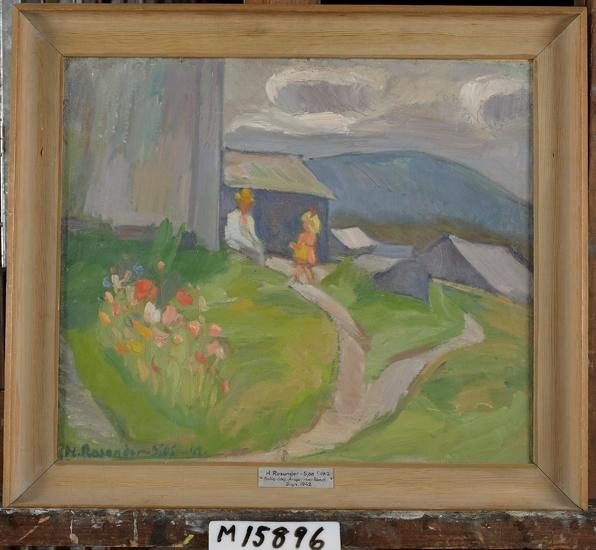 Oljemålning på pannå. En man sitter i solskenet vid den gråa husknuten. Framför honom står en liten ljuslockig flicka i rosa klänning.  Gräset i förgrunden lyser saftigt grönt. I dalen till höger skymtar några grå hustak och i bakgrunden reser sig fjället. Mått: utan ram 420 x 490 mm.  inskrivet i huvudbok 1955. Montering/Ram: Enkel gråmålad träram med hålkäl.