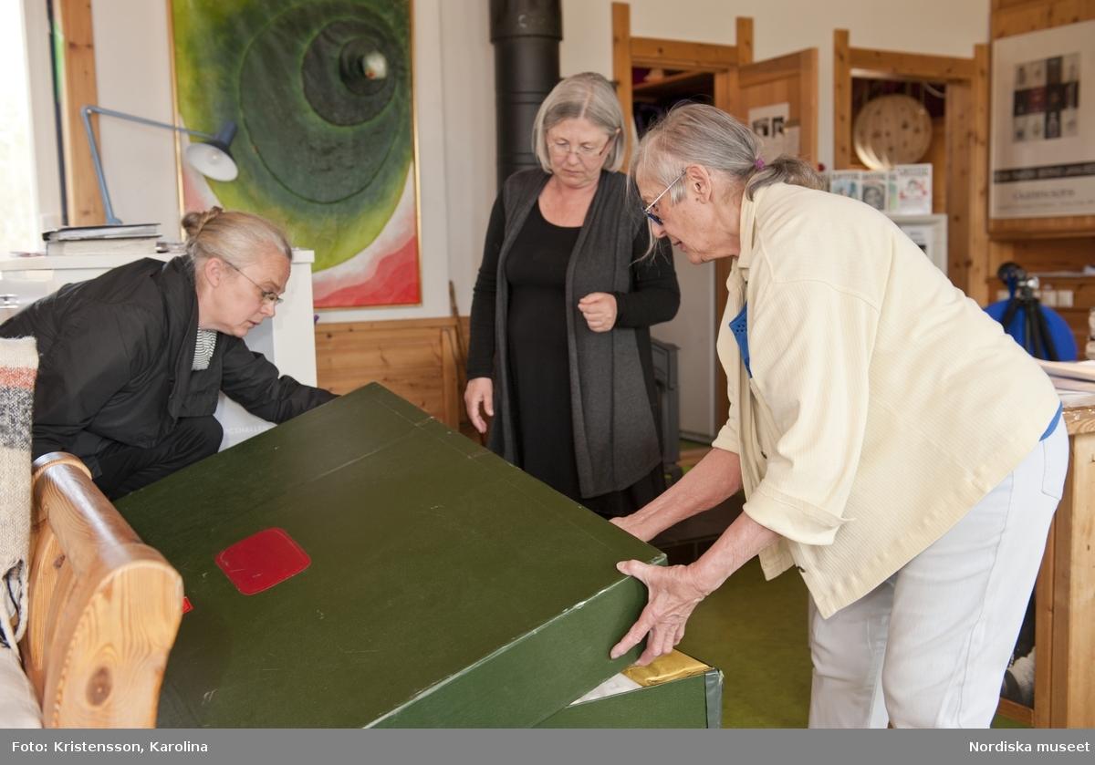 Rosa Taikon, Rosa visar Lena Palmqvist och Eva Lundin fr NM vad som ska vara med på utställningen 2011